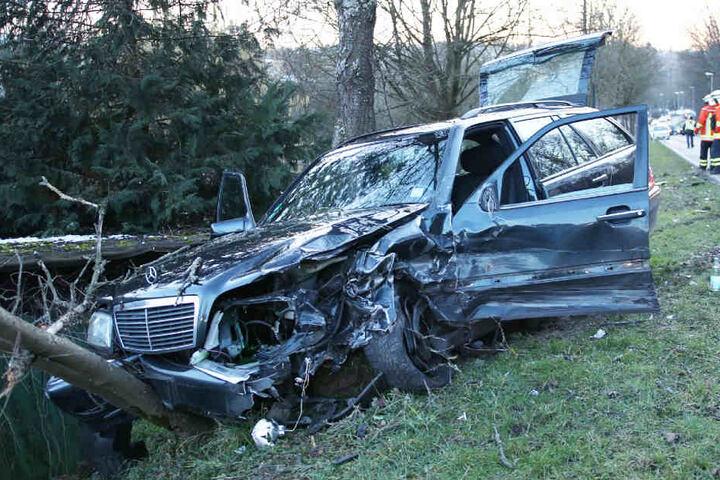 Der Mercedes-Kombi landete ebenfalls im Straßengraben.