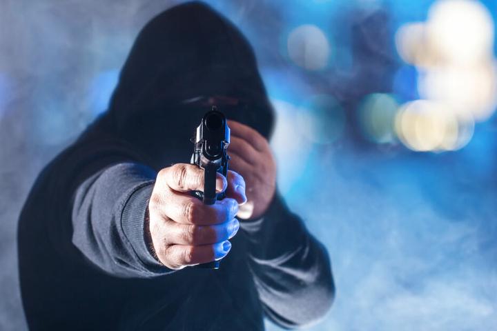Die Räuber bedrohten die Angestellten mit Pistolen. (Symbolbild)