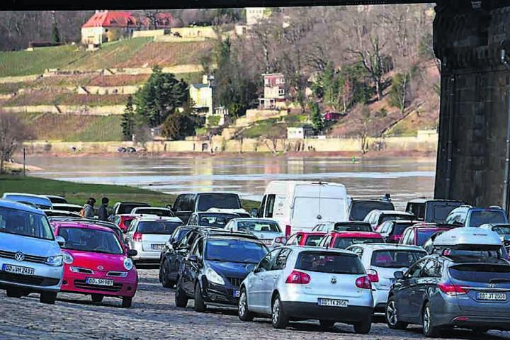 Am Blasewitzer Elbufer kann noch geparkt, die Stadt will das eigentlich stark einschränken.