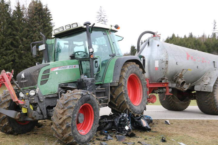 Bei dem Unfall mit einem Traktor kam ein Motorradfahrer ums Leben, sein minderjähriger Beifahrer kam schwer verletzt ins Krankenhaus.