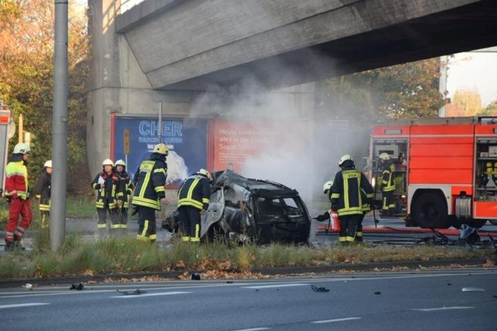 Das Fahrzeug war gegen diesen Brückenpfeiler geprallt und danach ausgebrannt.