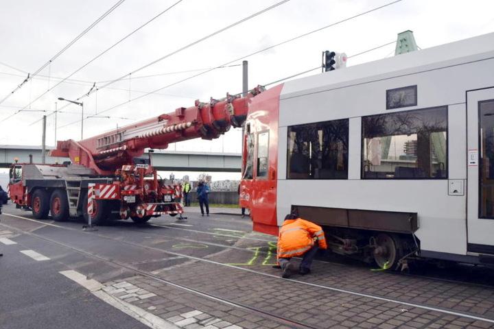 Mit einem Kran wurde die Bahn wieder in die Schienen gehoben.