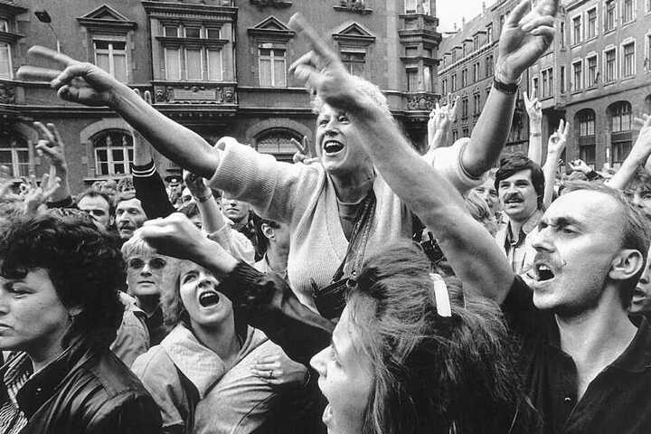 Mehr als 1000 Menschen demonstrierten am 4. September 1989 im Anschluss an das Friedensgebet auf dem Nikolaikirchhof - die einen für ihre Ausreise, die anderen für Reformen.
