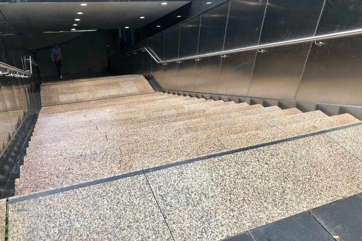 Sie traten und schlugen ihr Opfer, bis es die Treppe hinunterfiel.