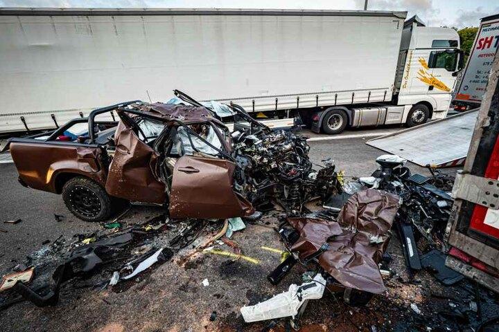 Der völlig zerstörte Mercedes.