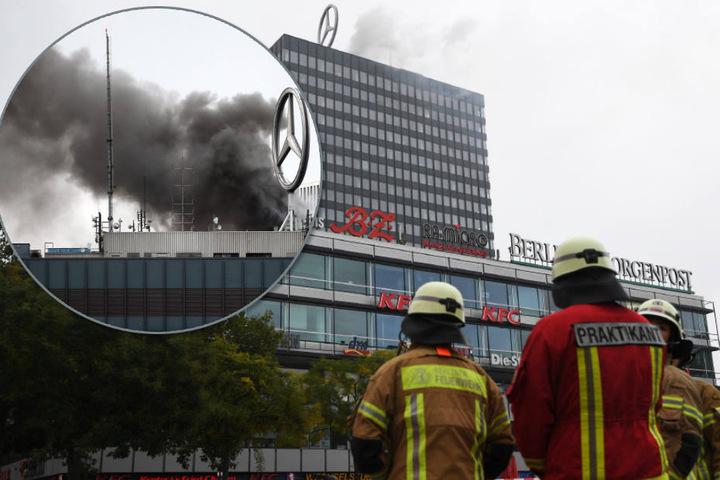 """Stand 16.45 Uhr: Rund 60 Einsatzkräfte bekämpften die Flammen mit Schaum. Dieser hat laut Sprecher eine """"abdeckende Wirkung"""" und verursacht nicht so hohe Schäden wie das Löschen mit Wasser."""