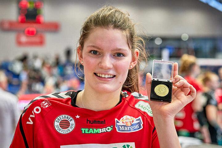 Wertvollste Spielerin: Rica Maase zeigt strahlend ihre Goldmedaille.