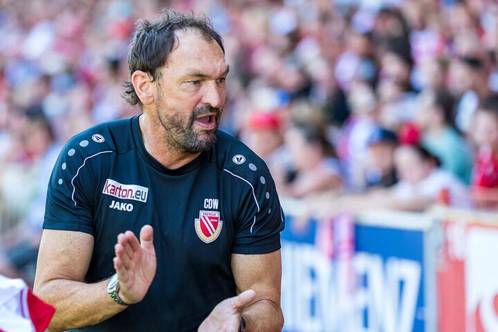 Claus-Dieter Wollitz stieg mit Energie in die 3. Liga ab. Nun geht es wieder runter in die Regionalliga.