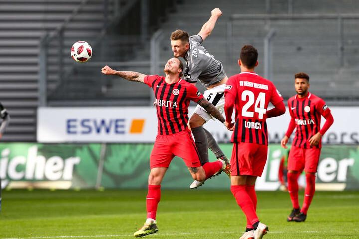Comeback am 27. Oktober 2018! Alexander Sorge (2.v.l.) überspringt beim Kopfballduell den Wiesbadener Manuel Schäffler.