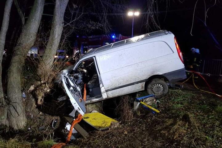Ein Kleintransporter war eine Böschung herunter gerauscht und dort gegen einen Baum gekracht.
