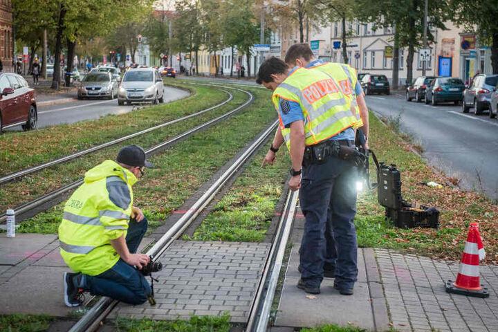 Die Polizei und ein Gutachter sicherten Spuren am Unfallort.