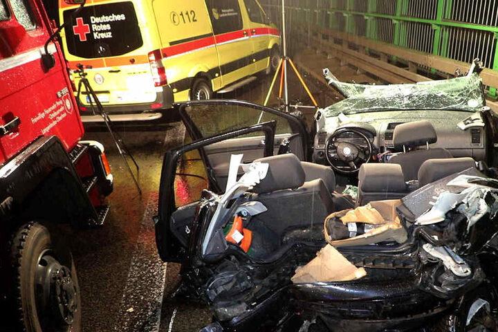 Drei Personen in einem Polo wollten dem BMW-Fahrer helfen, als sie wieder einstiegen, wurde ihr Auto von einem Mercedes erfasst.