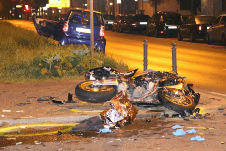 Das völlig zerstörte Motorrad lag auf dem schwerverletzten Biker.