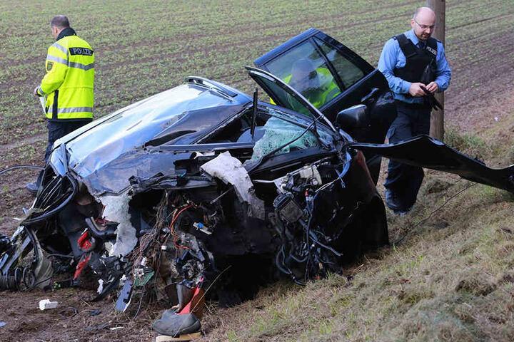 Das Wrack des BMW, in dem der Vater seine eigenen Kinder totraste.