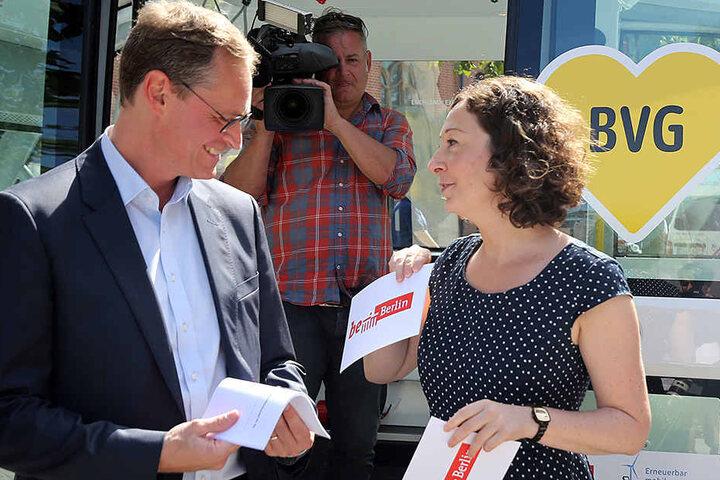 Berlins Regierender Bürgermeister Michael Müller und Wirtschaftssenatorin Ramona Pop (39, Grüne) stellen auf dem Campus Mitte das Pilotprojekt zum autonomen Fahren vor.