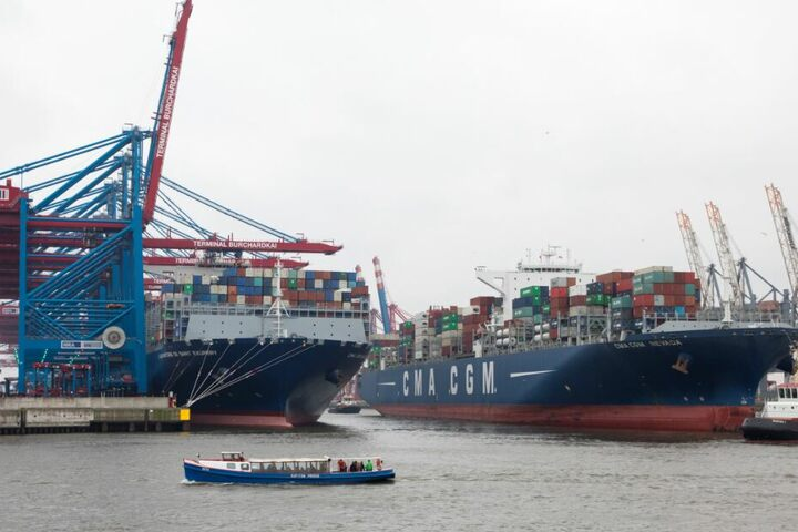 Containerschiffe sind im Hamburger Hafen zu sehen.