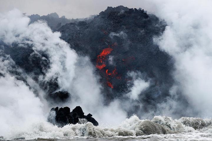 An der Küste Hawaiis fließt Lava in den Ozean. Das zieht Touristen an, ist aber nicht ungefährlich.