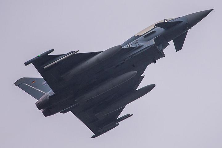 """Ein Eurofighter im Überflug. Dieses Bild wird man am Himmel über Nordsachsen in den nächsten Wochen öfter sehen. 16 Maschinen des """"Steinhoff""""-Geschwaders haben nach Holzdorf, kurz vor der sächsischen Landesgrenze, verlegt."""