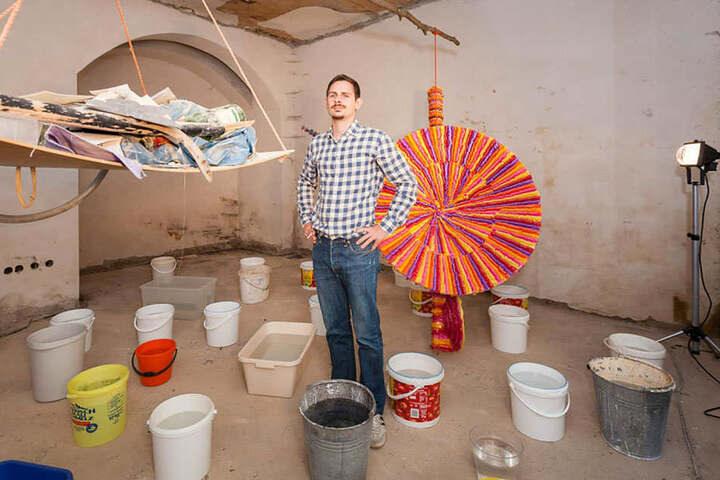 """Wolf-Roberto Schimpf installiert im Laden in der Görnischen Gasse 3 seine bunte Kunst. """"sedici"""" (deutsch: 16) heißt seine Arbeit."""