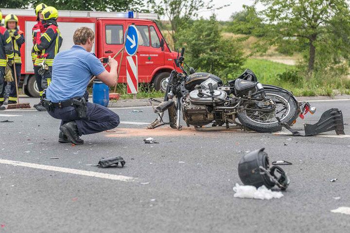 Das Motorrad wurde bei dem Zusammenstoß völlig zerstört.