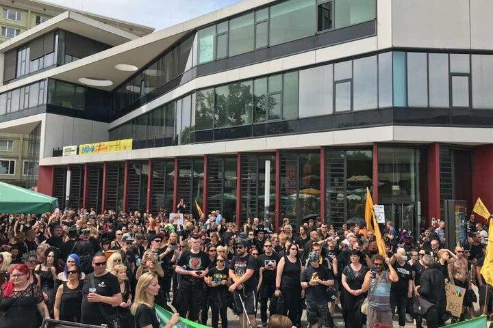Etwa 1000 überwiegend schwarz gekleidete Menschen nahmen an der Demo teil.
