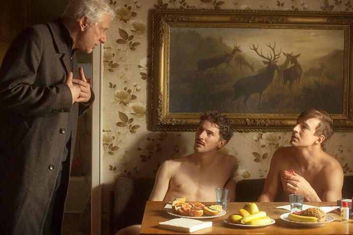 Kriminalhauptkommissar Franz Leitmayr (Udo Wachtveitl) unterhält sich mit zwei Pornodarstellern (Martin Bruchmann und Sebastian Fischer) am Set.