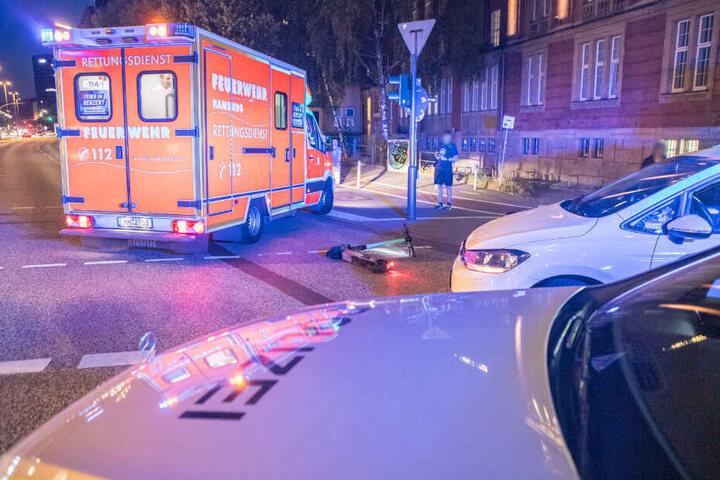 Beim Überqueren der Straße wurde die Fahrerin von einem Taxi angefahren.