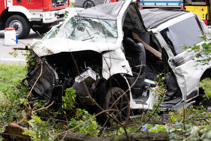 Bei dem Unfall auf der Autobahn 8 nahe München wurden zwei Menschen tödlich verletzt.