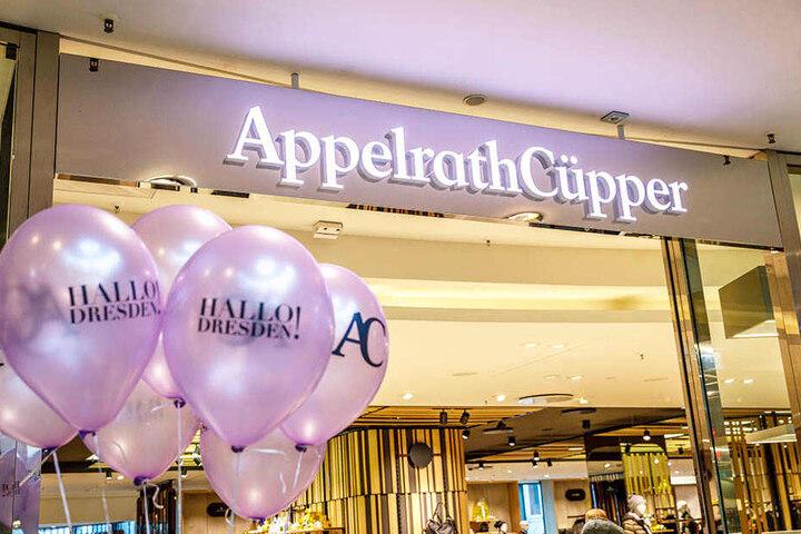 Ballons wurde an die Gäste verteilt. Auf mehrere Etagen gibt es hochwertige Marken.