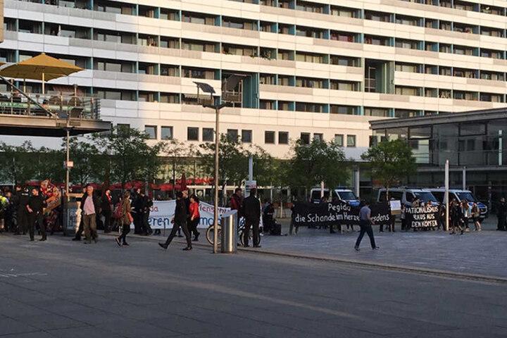 Auf der Prager Straße flog eine Buttersäure-Ampulle in Richtung der Gegendemonstranten.