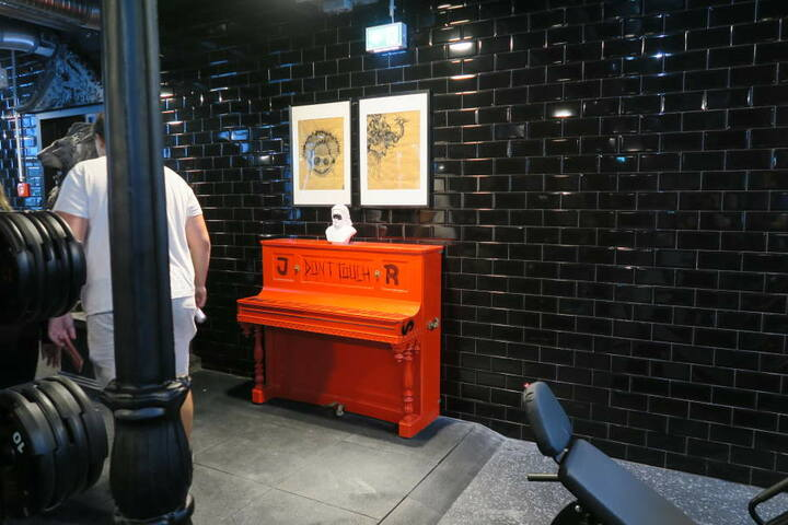 Blickfang: Das rote Klavier im Freihantelbereich fällt sofort ins Auge.