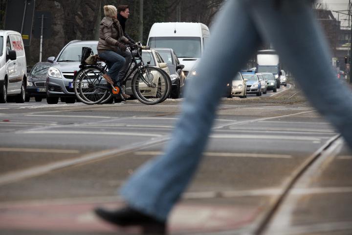 Die 24-jährige Fußgängerin wurde nach der Kollision mit Straßenbahn lebensgefährlich verletzt. (Symbolbild)