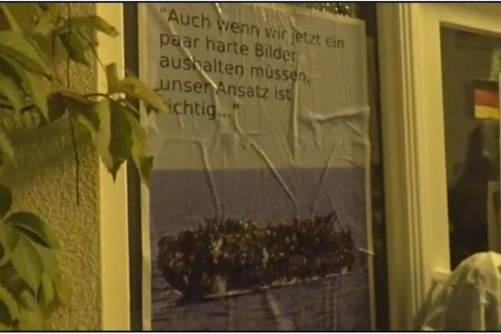 Eine Aussage von de Maizière zur Richtigkeit der europäischen Flüchtlingspolitik wurde von den Linken auf ein Plakat mit einem überfüllten Flüchtlingsboot geschrieben.