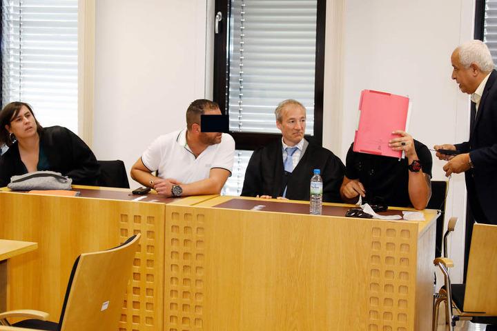 Hatem K. (2.v.li.) und Ahmed T. (2.v.re.) müssen sich wegen Widerstand gegen Polizeibeamte verantworten.