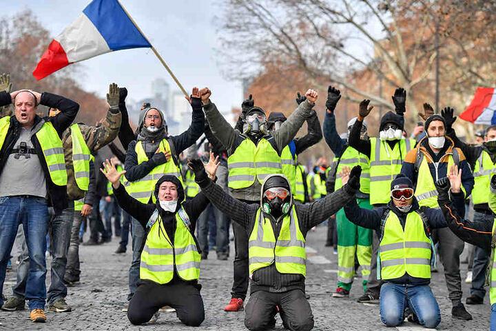 Die Demonstranten in gelben Westen protestieren am Samstag nahe des Arc des Triumph. Bei den Protesten in Paris wurden mehrere Hundert Menschen festgenommen.