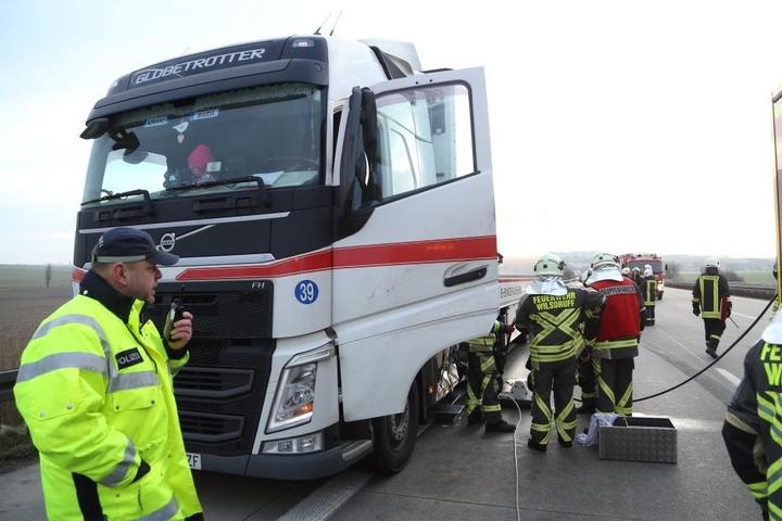 Am Lkw wurde der Tank beschädigt, jede Menge Diesel lief aus und verteilte sich auf der Autobahn.