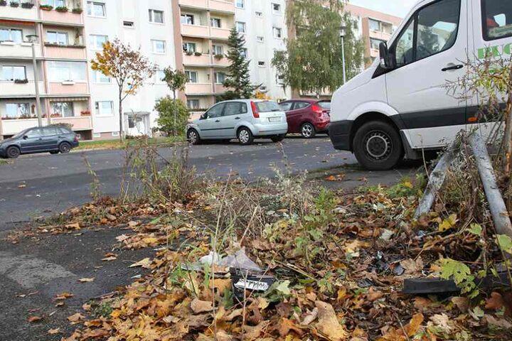 Insgesamt sechs Autos wurden von dem Amokfahrer beschädigt. Einzelne Teile liegen noch auf dem Parkplatz.