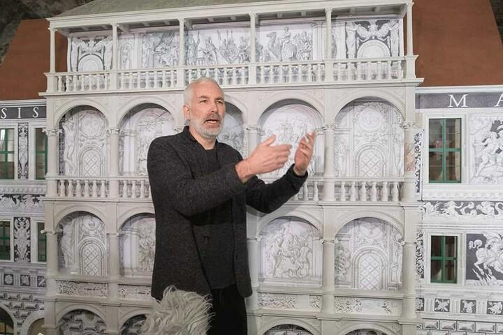 Restaurator Matthias Zahn. Hinter ihm ein 1:10-Modell der Loggia.