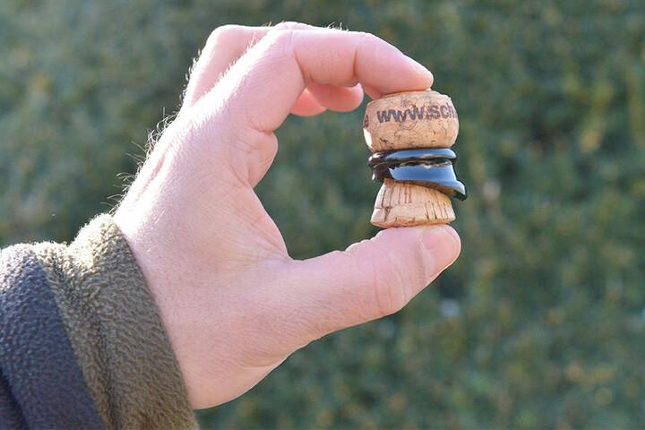 Das Ergebnis: Übrig bleibt der Korken, der noch immer vom oberen Flaschenhals umschlossen ist.