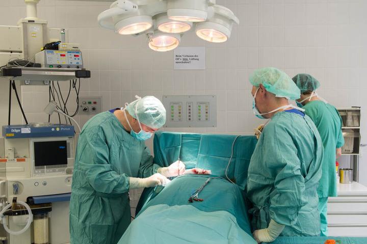 Neun Stunden lang musste Ajun operiert werden. (Symbolbild)