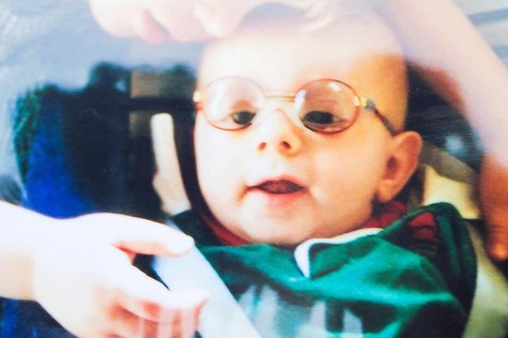 Der kleine Justus nach seiner Augen-Operation: Er war mit Grauem Star geboren worden.