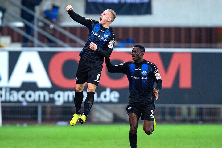 Später wendete sich das Blatt. Kai Pröger trifft zum 2:2 und springt vor Freude in die Luft. Jamilu Collins beglückwünscht ihn.