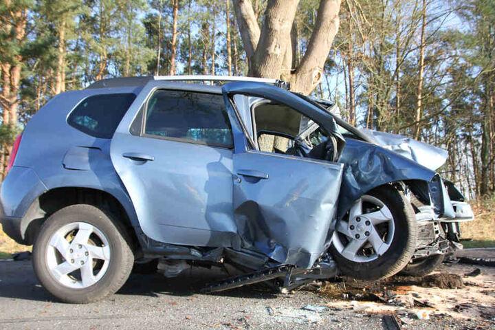Der Dacia wurde bei dem schrecklichen Unfall stark demoliert.