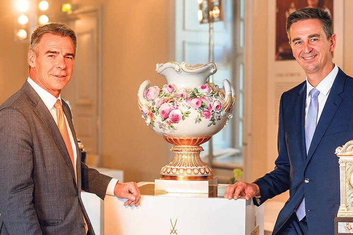 Die beiden Geschäftsführer Tillmann Blaschke (53) und Georg Nussdorfer (45, r.) freuen sichüber den Erfolg der Rosen-Vase. Sie spielte in null Komma nix einen knappe Million ein.