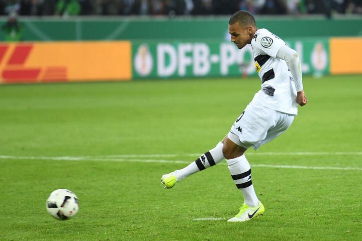 Djibril Sow schießt am 25.04.2017 beim DFB-Pokal-Halbfinale Borussia Mönchengladbach gegen Eintracht Frankfurt im Elfmeterschießen aufs Tor