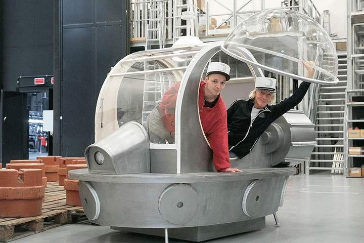 Mit diesem Mondauto in Sandmann-Optik chauffieren die Mondgrooms Arne (24, l.) und Rainer König (64) Frau Luna.