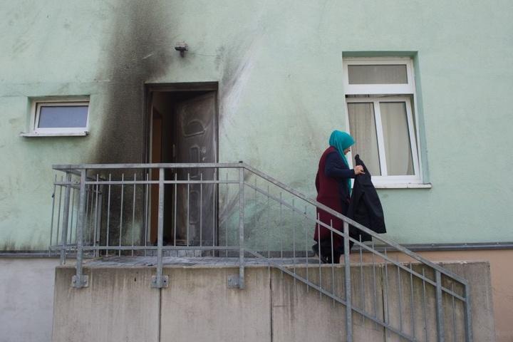 Die Tür der Moschee wurde stark in Mitleidenschaft gezogen.