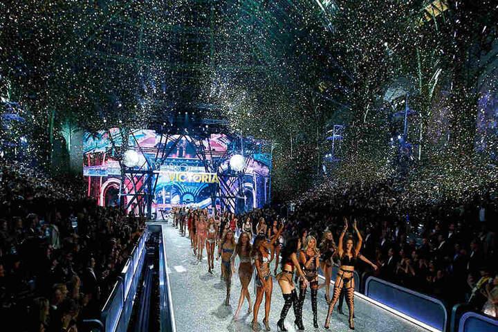 Die Engel liefen im Pariser Grand Palais über den Catwalk.