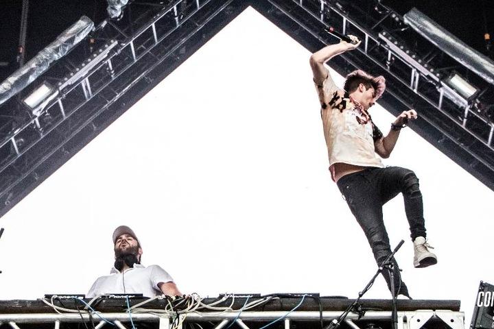 The Chainsmokers auf der Bühne in Aktion.