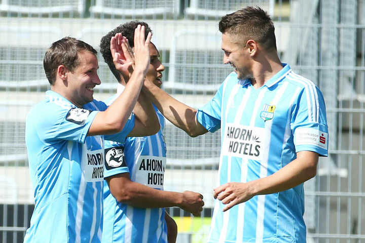 Da war die Welt noch in Ordnung: Anton Fink (links) freut sich mit Daniel Frahn über das 2:0.